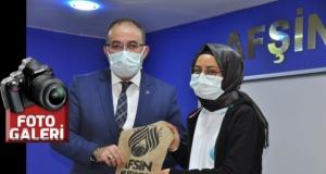 Tüketici Hakları Karikatür il birincisi olan Sümeyye Ebrar Şahin ödülünü aldı