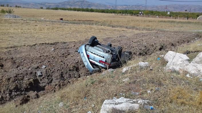 Hafif ticari araç takla attı: 2 yaralı