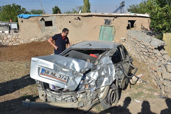 Otomobil duvara çarptı: 5 yaralı