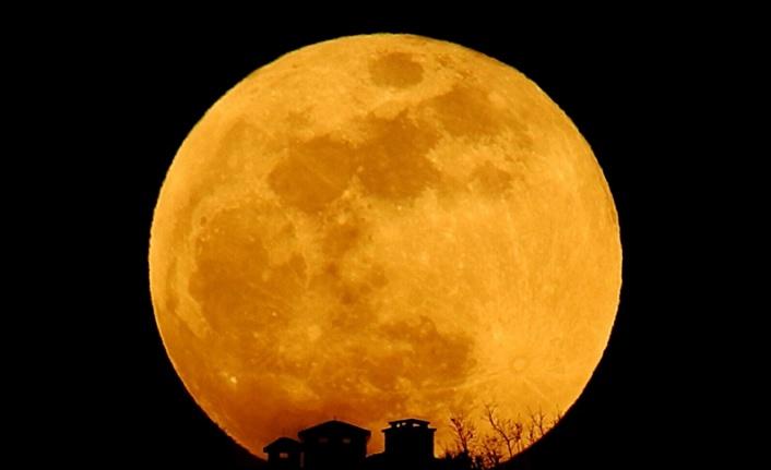 Dünya yarın gece 'Süper Çiçek Kanlı Ay' tutulmasına tanıklık edecek
