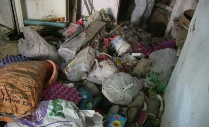 Elbistan'da bir evden 7 kamyon çöp çıkarıldı