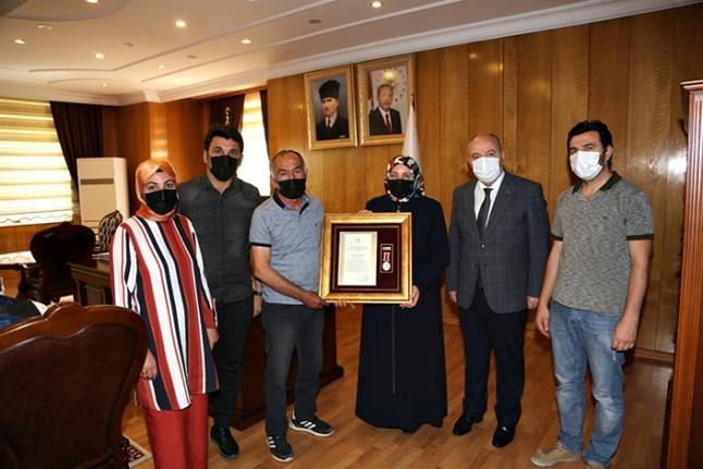 Şehit ailesi ve gaziye Devlet Övünç Madalyası takdim edildi