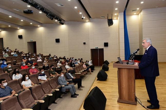 Tıp Fakültesi, aılış dersini Rektör Prof. Dr. Can verdi