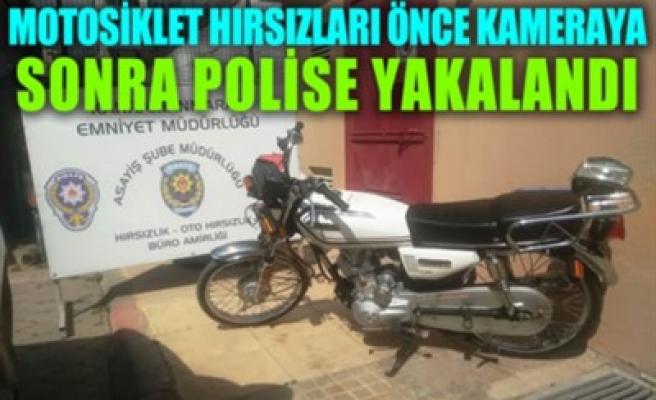 MOTOSİKLET HIRSIZLARI ÖNCE KAMERAYA SONRA POLİSE YAKALANDI