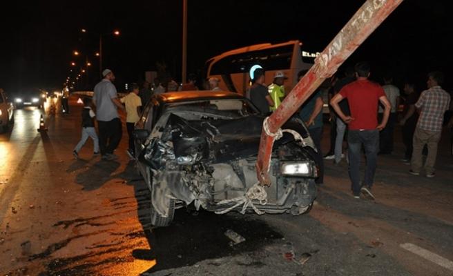 Kamyonetle otomobil çarpıştı: 5'i çocuk 12 yaralı