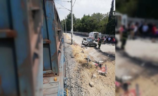Yük treni otomobile çarptı: 5 yaralı