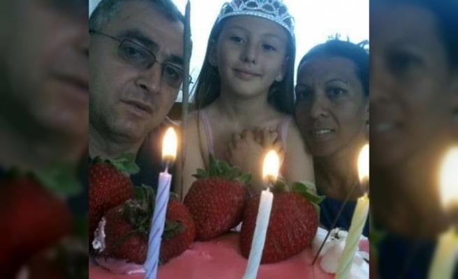 Anne, baba ve kızın tabutları yan yana dizildi