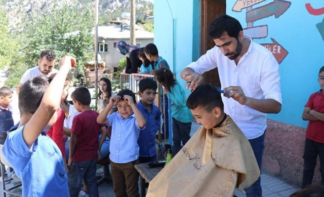 Öğrencilerin saçlarına gönüllüler makas attı