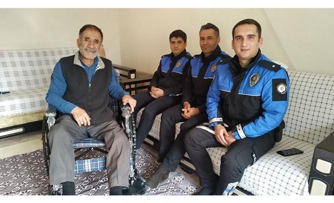 Elbistan'da polislerden engelli vatandaşa tekerlekli sandalye hediyesi