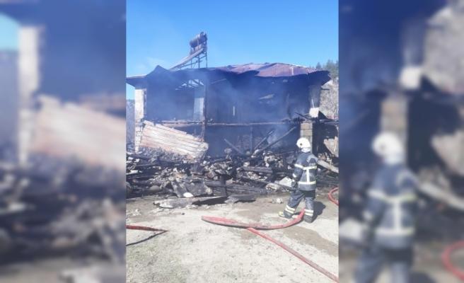 Yangın çıkan evde mahsur kalan anne ve down sendromlu kızı kurtarıldı