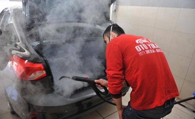 Otomobilleri sıcak buharla dezenfekte ediyor
