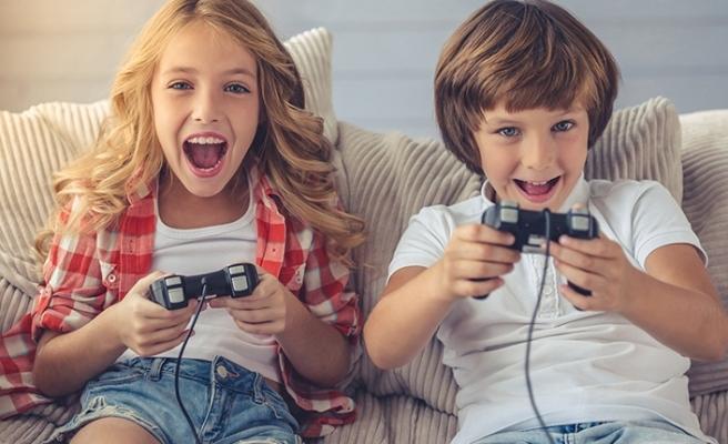 Tatili evde oyun oynayarak geçirecek çocuklar için ebeveynlere 8 uyarı