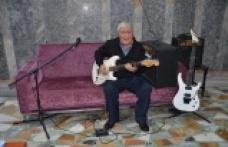 Ünlülerin gitaristi huzurevinde müzikle yaşama tutundu