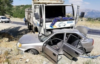 Kamyon ile otomobilin çarpıştığı kazada polis...