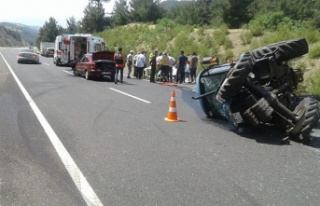 Lastiği patlayan otomobil traktöre çarptı: 4 yaralı