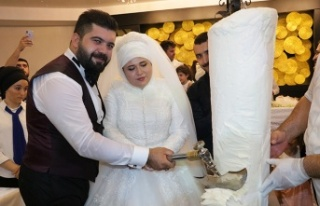 Düğünde pasta yerine Maraş dondurması kestiler