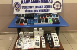 Seyyar tezgahta kaçak 25 cep telefonu ele geçirildi