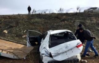 Kazada yaralanan göç idaresi personelinin tedavisi...