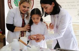 Öğrencilere el kremi yapmayı öğrettiler