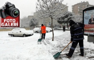 Büyükşehir'den kaldırımlarda kar temizliği