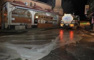 Göksun Belediyesi yol ve kaldırımları dezenfektanla...