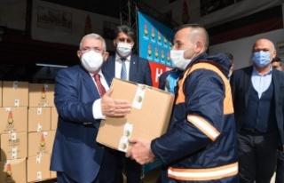 Mahçiçek, temizlik personeline erzak paketi dağıttı