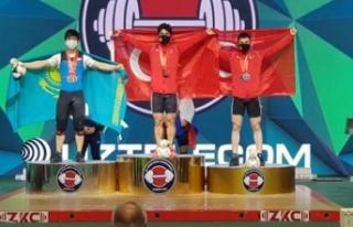 Milli halterci Özbek'ten büyük başarı