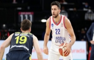 Anadolu Efes final serisinde 1-0 öne geçti: 111-71