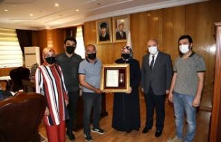 Şehit ailesi ve gaziye Devlet Övünç Madalyası...