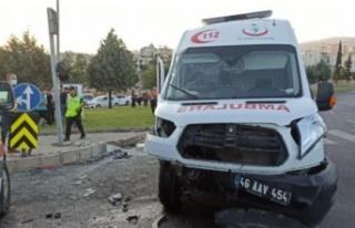 Otomobil ile çarpışan ambulansın sürücüsü...