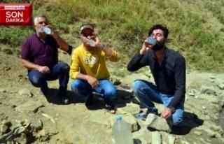 'Şifalı' sanılan pis suyu içmek için...