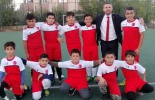 Genç futbolculardan Güngör'e forma teşekkürü