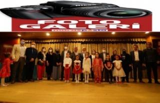 İlkokul öğrencileri İstiklal Marşı performanslarıyla...