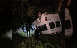 Dereye yuvarlanan minibüste 2 kişi yaralandı