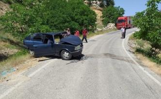 İki otomobil kafa kafaya çarpıştı: 13 yaralı