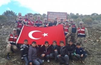Jandarma ve öğrenciler fidan dikti
