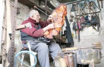 Mesleğinin son tamircisi: Şemsiye tamircisi Hacı Boyar!