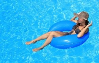 Sıcak nemli hava ve kirli havuzlar kulak sağlığınızdan edebilir