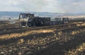Sigara izmariti, tarlayı ve kamyonu kül etti