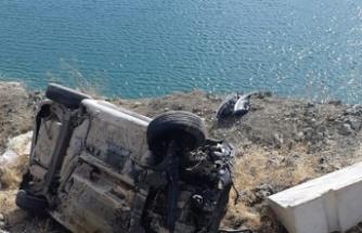 Otomobil baraj gölüne düşmekten son anda kurtuldu