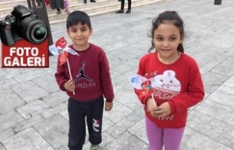 """""""Kalbimizdesin Gazi Mustafa Kemal Atatürk"""" rüzgar gülü dağıttılar"""