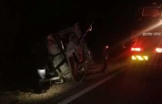Tekeri patlayan kamyonet takla atıp şarampole uçtu