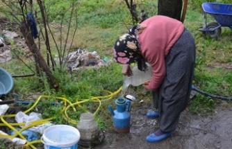 30 yıldır evine su taşıyor