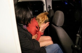 Alkollü kadın erkek arkadaşının iş yerinin camlarını kırdı