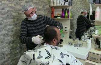 Berberlerden maske ve eldivenle tıraş