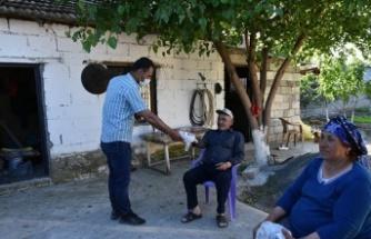 Mahalledeki yaşlılar için iftarlıklar kapılarına kadar ulaştırılıyor