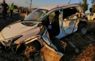 Otomobilin yük trenine çarpması sonucu 2 kişi yaralandı