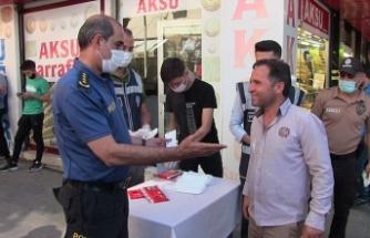 Emniyet Müdürü Salim Celeboğlu, Elbistan'da vatandaşlara maske dağıttı