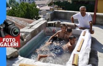 Denize gidemeyen aile, terasa çocuklar için havuz yaptı