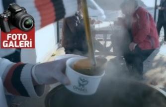 Onikişubat Belediyesi taşıyıcılar dinlenme yerinde çorba dağıtıyor